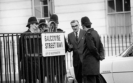 Crime - Balcombe Street Seige...Metropolitan Police Commissioner Sir Robert Mark (second r) talks to policemen on the corner of Balcombe Street, Marylebone, near the flat where a group of gunmen are holding a middle-aged couple hostage ... Crime - Balcombe Street Seige ... 08-12-1975 ... London ... Great Britain ... Photo credit should read: PA Photos/PA Archive. Unique Reference No. 4268185 ...